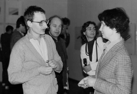Od lewej Jan Kubasiewicz (autor plakatu i projektu katalogu wystawy), Zenon Kulpa, red. Krystyna Namysłowska (Polskie Radio), Urszula Czartoryska (Dział Fotografii i Technik Wizualnych)