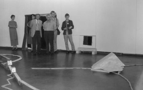 Od lewej x, Urszula Czartoryska (Dział Fotografii i Technik Wizualnych), malarz Zdzisław Głowacki (b. rektor PWSSP w Łodzi), Ryszard Brudzyński (Federacja Stowarzyszeń Kulturalnych), x, fotograf Wiesław Barszczak