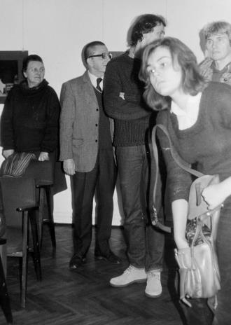 Od lewej Regina Marquadt (Dział Realizacji Wystaw i Wydawnictw), dyr. Ryszard Stanisławski (ms), Lech Lechowicz (Dział Fotografii i Technik Wizualnych), x, x