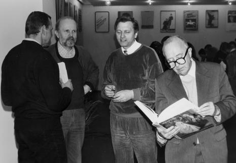 Od lewej grafik Bogusław Balicki, Ryszard Kuba Grzybowski, Krystyn Zieliński (rektor PWSSP w Łodzi), Mieczysław Potemski (Dział Sztuki Obcej).