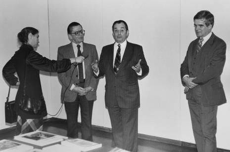 Od lewej red. Krystyna Namysłowska (Polskie Radio), dyr. Ryszard Stanisławski (ms),  komisarz wystawy Paul Monnet (sekretarz generalny Towarzystwa Livrest w Paryżu), dr Jacek Ojrzyński (Dział Dokumentacji Naukowej).
