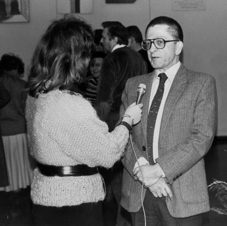Dyr. Ryszard Stanisławski (ms) udziela wywiadu red. Ewie Bartoś (TVP Łódź), w głębi Regina Marquadt (Dział Realizacji Wystaw i Wydawnictw) i Krystyn Zieliński (rektor PWSSP w Łodzi).