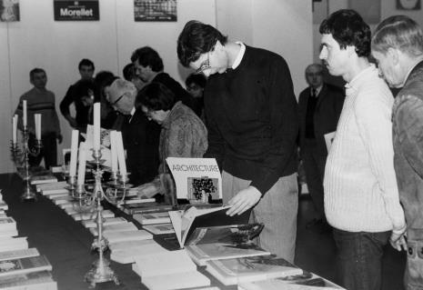 Przy stole prof. Natalia Gajl (Uniwersytet Łódzki), z prawej x, Krzysztof Jurecki (Dział Fotografii i Technik Wizualnych), prof. Andrzej Nadolski (Uniwersytet Łódzki).