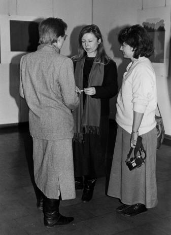 Od lewej (tyłem) Jolanta Ciesielska (Dział Rysunku i Grafiki Nowoczesnej), Maria Morzuch (Dział Sztuki Polskiej), żona Steve'a Poleskie