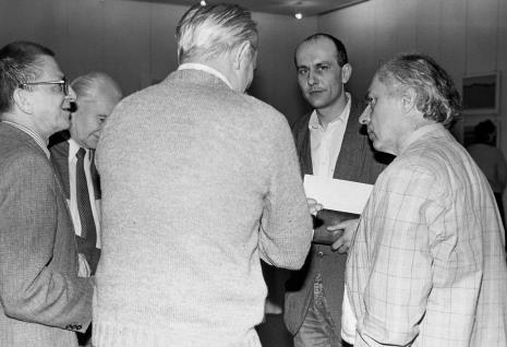 Od lewej dyr. Ryszard Stanisławski (ms), przedstawiciele Aeroklubu Łódzkiego, Jaromir Jedliński (Dział Rysunku i Grafiki Nowoczesnej), Steve Poleskie