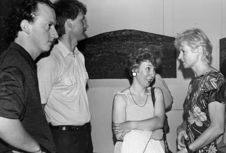 Z lewej Sebastian Boyle, z prawej Joan Hills w rozmowie z jej polskimi krewnymi