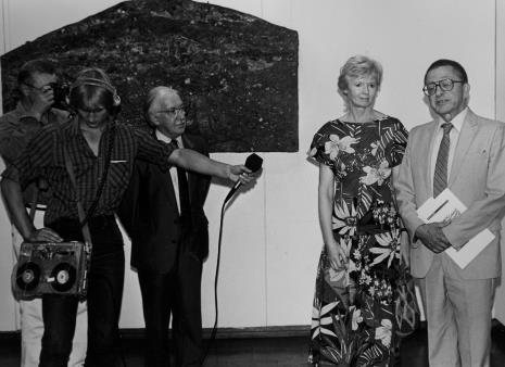 Od lewej (z aparatem) red. Konrad Turowski (Kurier Polski), technik Polskiego Radia, przedstawiciel The British Council, Joan Hills, dyr. Ryszard Stanisławski (ms)