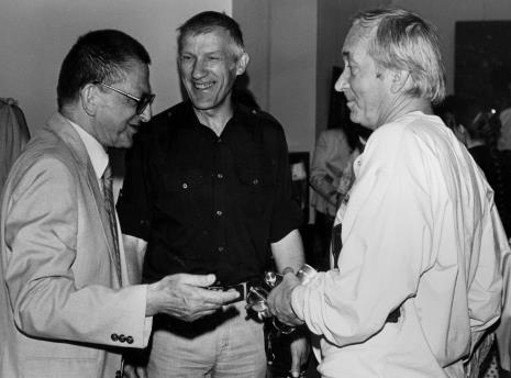 Z lewej dyr. Ryszard Stanisławski (ms) w rozmowie z artystami Wiesławem Garbolińskim i Romanem Modzelewskim
