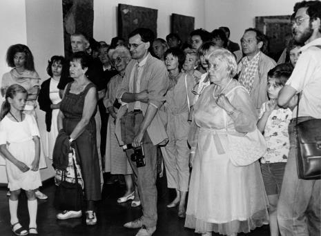 Pierwsza z lewej w głębi Olga Stanisławska, trzeci z lewej w głębi Wiesław Garboliński wśród członków Towarzystwa Przyjaciół Muzeum Sztuki