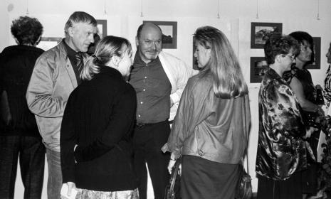 Od lewej malarz Wiesław Garboliński, Janina Ładnowska (Dział Fotografii i Technik Wizualnych), x, Monika Knofler (UNICEF), rodzina Mikosiów