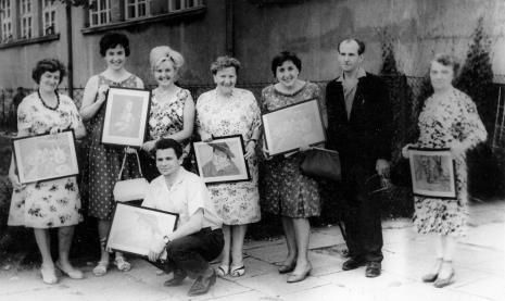 Nauczyciele – finaliści konkursu Coraz piękniejszą mamy szkołę, Dzielnica Łódź-Górna, druga od lewej mgr Janina Lupińska (późn. Ojrzyńska, Dział Naukowo - Oświatowy), członek Komisji oceniającej z ramienia ms