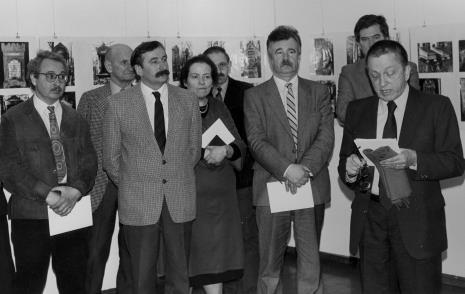 Od lewej W. Stępień, x, Wojciech Walczak (Wojewódzki Konserwator Zabytków), x, x,  Aleksander Wilkanowski (kierownik Wydziału ds. Wyznań),  Stanisław Dyzbardis (KŁ PZPR), dyr. Ryszard Stanisławski (ms)