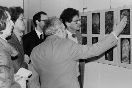 Od lewej red. Ryszard Strzelecki (Rzeczpospolita), x, pracownik ambasady USA w Polsce, Izaak Kersz (Gmina Wyznaniowa Żydowska w Łodzi), Jerzy Kosiński