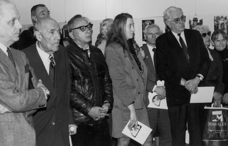 Od lewej prof. Bolesław Kardaszewski (Politechnika Łódzka, Jerzy Wajnberg (Muzeum Historii Miasta Łodzi), x, Stanisław Ibis-Gratkowski, x, x, x, prof. Zofia Libiszowska (Uniwersytet Łódzki), Janina Ładnowska (Dział Sztuki Nowoczesnej)