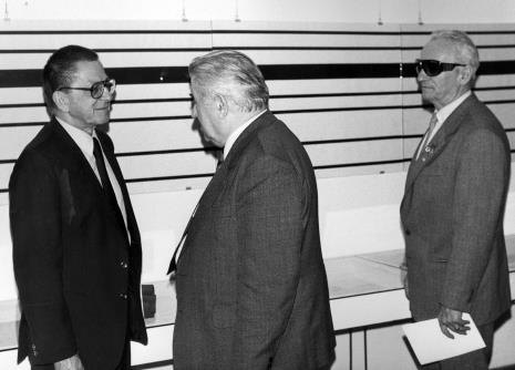 Od lewej dyr. Ryszard Stanisławski (ms), płk. Marian Gwizdka (TPSP w Łodzi), przedstawiciel Gminy Wyznaniowej Żydowskiej w Łodzi
