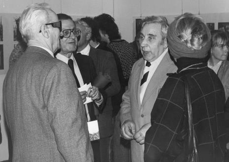 Drugi z lewej dyr. Ryszard Stanisławski (ms) w rozmowie z przedstawicielami Gminy Wyznaniowej Żydowskiej w Łodzi, drugi z lewej Izaak Kersz