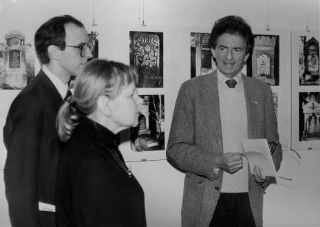 Od lewej przedstawiciel ambasady USA w Polsce, Janina Ładnowska (Dział Sztuki Nowoczesnej), Jerzy Kosiński