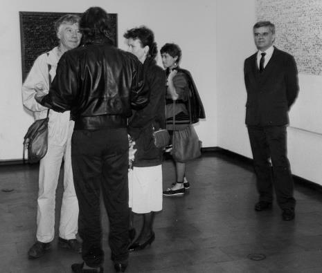 Z lewej Tadeusz Rolke w rozmowie z Andrzejem Szewczykiem i jego żoną, z prawej dr Jacek Ojrzyński (Dział Dokumentacji Naukowej)