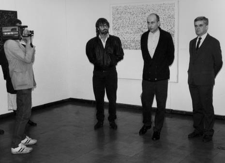Od lewej kamerzysta TVP Łódź, Andrzej Szewczyk, komisarz wystawy Jaromir Jedliński (Dział Fotografii i Technik Wizualnych), dr Jacek Ojrzyński (Dział Dokumentacji Naukowej)
