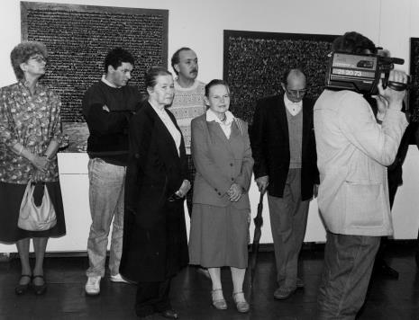 Od lewej członkini Towarzystwa Przyjaciół Muzeum Sztuki, x, na pierwszym planie: Krystyna Krygier, Janina Ładnowska (Dział Sztuki Nowoczesnej), Stefan Krygier, kamerzysta TVP Łódź