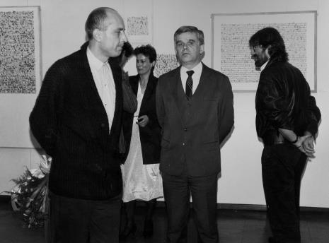 Od lewej komisarz wystawy Jaromir Jedliński (Dział Fotografii i Technik Wizualnych), w głębi żona artysty, dr Jacek Ojrzyński (Dział Dokumentacji Naukowej), Andrzej Szewczyk