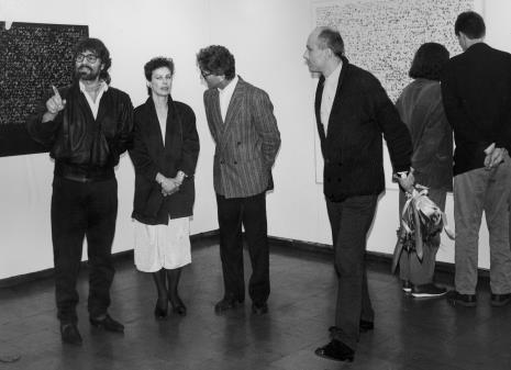 Od lewej Andrzej Szewczyk z żoną, Andrzej Gieraga (PWSSP w Łodzi), komisarz wystawy Jaromir Jedliński (Dział Fotografii i Technik Wizualnych)