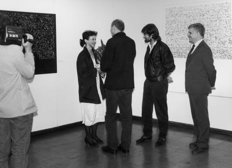 Od lewej kamerzysta TVP Łódź, żona artysty, komisarz wystawy Jaromir Jedliński (Dział Fotografii i Technik Wizualnych), Andrzej Szewczyk, dr Jacek Ojrzyński (Dział Dokumentacji Naukowej)