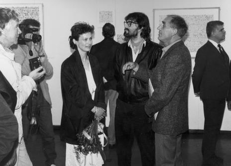 Z lewej w jasnej kurtce Tadeusz Rolke, w środku żona artysty, Andrzej Szewczyk, Wiesław Borowski (Galeria Foksal w Warszawie), z prawej dr Jacek Ojrzyński (Dział Dokumentacji Naukowej)