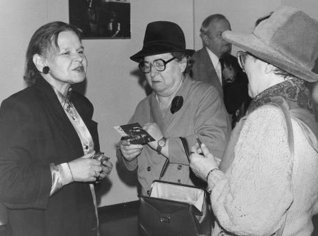 Z lewej komisarz wystawy Janina Ładnowska (Dział Sztuki Nowoczesnej)