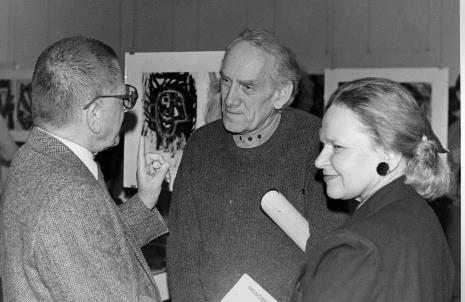 Od lewej dyr. Ryszard Stanisławski (ms), malarz Jacek Sienicki (ASP Warszawa), komisarz wystawy  Janina Ładnowska (Dział Sztuki Nowoczesnej)