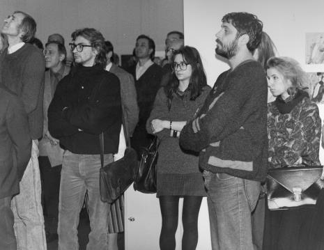 Od lewej Jerzy Wejnberg (Muzeum Historii Miasta Łodzi), w głębi Grzegorz Kacprzak (wicedyrektor ms), malarz Jacek Mrozowicz (student PWSSP w Łodzi)