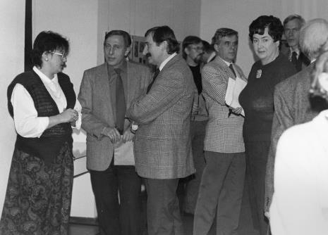 Od lewej Jadwiga Damazer (wicedyrektor ms), Grzegorz Kacprzak (były wicedyrektor ms), Michał Walczak (Wojewódzki Konserwator Zabytków), w głębi rzeźbiarz Edward Łazikowski, dr Jacek Ojrzyński (Dział Dokumentacji Naukowej), Janina Ojrzyńska (Dział Dokumentacji Naukowej), Wiesław Juszczak (NSZZ Solidarność)