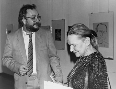 Komisarz wystawy Janina Ładnowska (Dział Sztuki Nowoczesnej) w rozmowie z kolekcjonerem sztuki żydowskiej