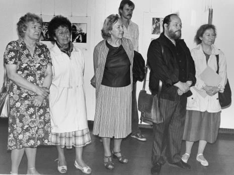 Od lewej Halina Szałowska (Dział Dokumentacji Naukowej), Jadwiga Kuychowicz (Towarzystwo Przyjaciół Muzeum Sztuki), członkini TPMS, Krzysztof J. Cichosz (Galeria FF w Łodzi), Antoni Mikołajczyk, x