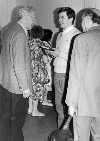 Z lewej strony historyk sztuki Tadeusz Byczko (b. pracownik ms) w rozmowie z komisarzem wystawy Gintautasem Trimakasem