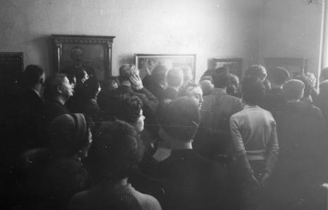 Członkowie Towarzystwa Przyjaciół Sztuk Plastycznych zwiedzają wystawę Malczewski jako symbolista