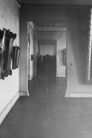 Członkowie Towarzystwa Przyjaciół Sztuk Plastycznych zwiedzają wystawę Jacek Malczewski jako symbolista