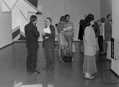 Od lewej Lech Leszczyński (Rada Narodowa M. Łodzi), dyr. Ryszard Stanisławski (ms), red. Beata Szuszwedyk (TVP), z prawej żona artysty Ewa Golik (Galeria Rzeźby w Warszawie)