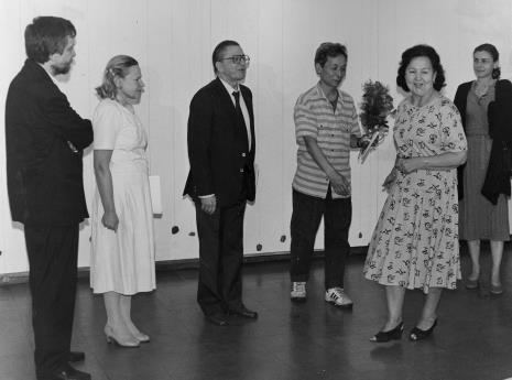 Od lewej Lech Leszczyński (Rada Narodowa M. Łodzi), kustosz Janina Ładnowska, dyr. Ryszard Stanisławski, Koji Kamoji, Aniela Samborska (obsługa galerii), red. Krystyna Namysłowska (Polskie Radio)