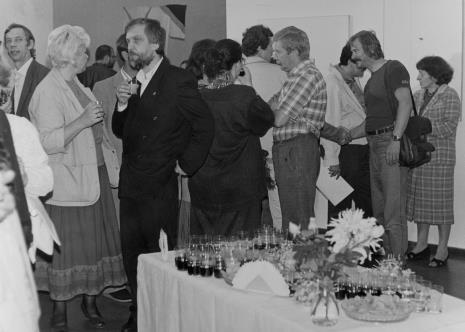 Na pierwszym planie od lewej Bożena Pietrzak (Muzeum Historii Miasta Łodzi) i Lech Leszczyński (Rada Narodowa m. Łodzi), pierwsza z prawej dr Maria Potemska (Dział Konserwacji)