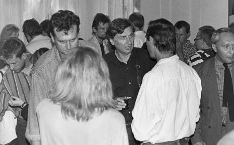 Od lewej (w koszuli w paski) malarz Leon Tarasiewicz, Paweł Kowalewski (Gruppa), w głębi Marek Kijewski, Włodzimierz Jan Zakrzewski, Tomasz Ciecierski (tyłem), w głębi Włodzimierz Pawlak, Krzysztof Bednarski