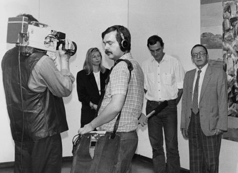 Na pierwszym planie ekipa TVP, w głębi od lewej Maria Morzuch (Dział Sztuki Nowoczesnej), Tomasz Ciecierski, dyr. Ryszard Stanisławski (ms)