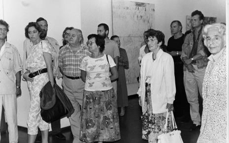 Od lewej Andrzej Gieraga (PWSSP w Łodzi), red. Beata Szuszwedyk (TVP), x, x, Zdzisław Konicki (archiwista), x, x, Janina Ładnowska (Dział Sztuki Nowoczesnej), x, Józef Robakowski, x, prof. Zofia Libiszowska (Uniwersytet Łódzki)
