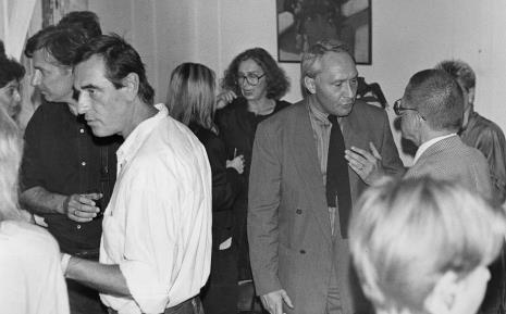 W czarnej koszuli Włodzimierz Jan Zakrzewski, w białej Tomasz Ciecierski, w głębi (w okularach) Anda Rottenberg w rozmowie z Marią Morzuch (Dział Sztuki Nowoczesnej)