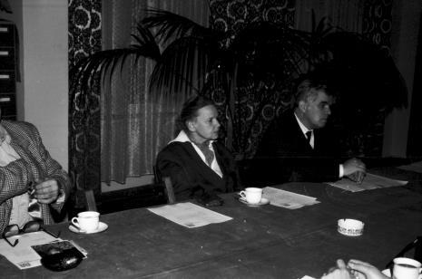 Spotkanie w czytelni biblioteki ms, Janina Ładnowska (Dział Sztuki Nowoczesnej) i dr Jacek Ojrzyński (Dział Dokumentacji Naukowej)