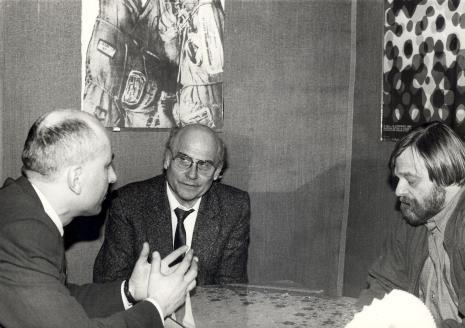 Od lewej dyr. Jaromir Jedliński (ms), Ryszard Kapuściński, red. Marek Miller (red. naczelny miesięcznika Bestseller)