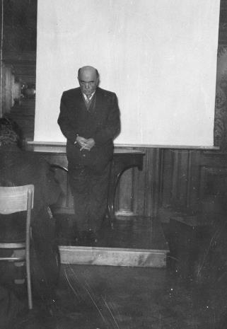 Dyrektor Marian Minich wita zebranych w sali odczytowej ms