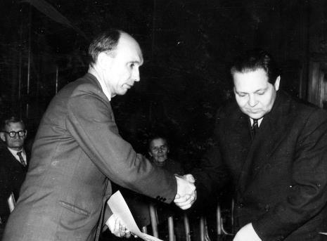 Kierownik Działu Naukowo - Oświatowego Władysław Cichocki (z prawej) wręcza dyplom dla aktywistów Klubu Józefowi Ludwikiewiczowi