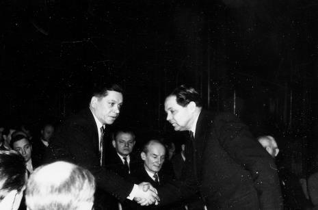 Kierownik Działu Naukowo-Oświatowego Władysław Cichocki (z prawej) wręcza dyplomy dla aktywistów Klubu Plastyków - Amatorów