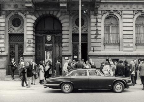 Uczestnicy spotkania przed gmachem Muzeum Sztuki w Łodzi przy ul. Więckowskiego 36